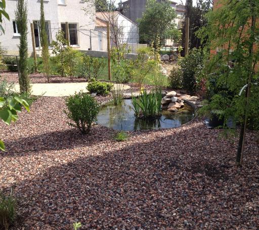 Aménagement d'un jardin en gravier de schiste rouge - bassin - plantes méditerranéennes - Prades le Lez - Jardins Méditerranéens